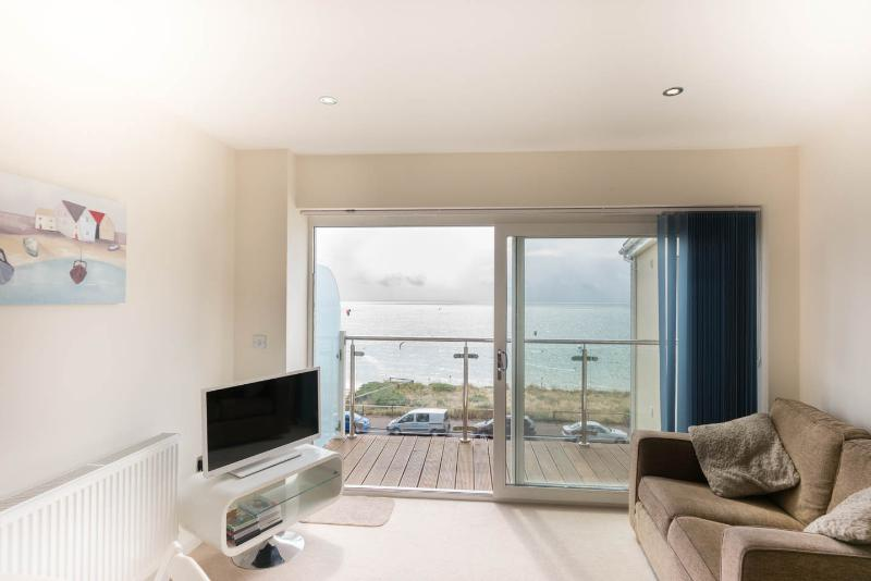 Apartment With Stunning Sea Views near Bournemouth, Ferienwohnung in Bournemouth
