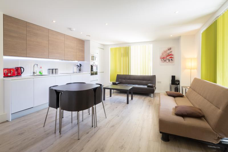 Superb, modern, central 2 bedroom, 2 bathroom apartment sleeping 6. The perfect base for Cambridge.
