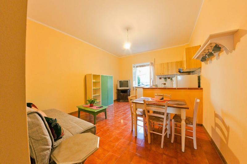 Salotto - Angolo Cottura /  Living room and kitchenette