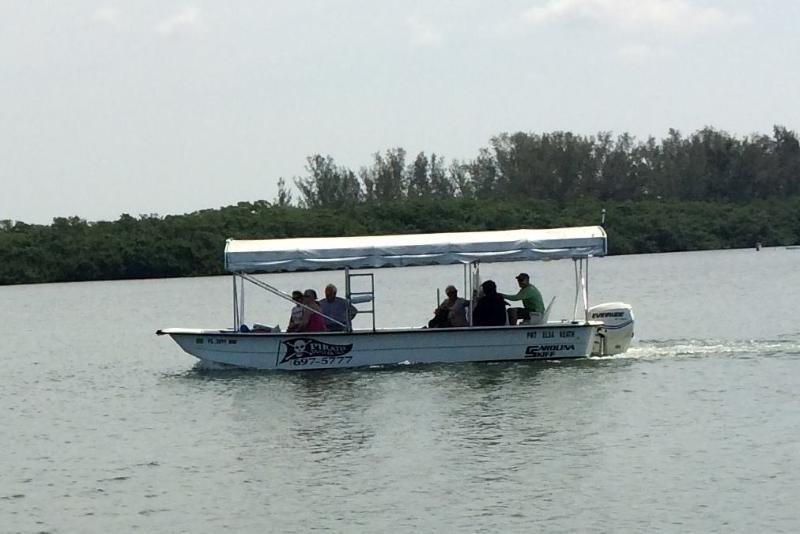 Watertaxi aankomen op dock