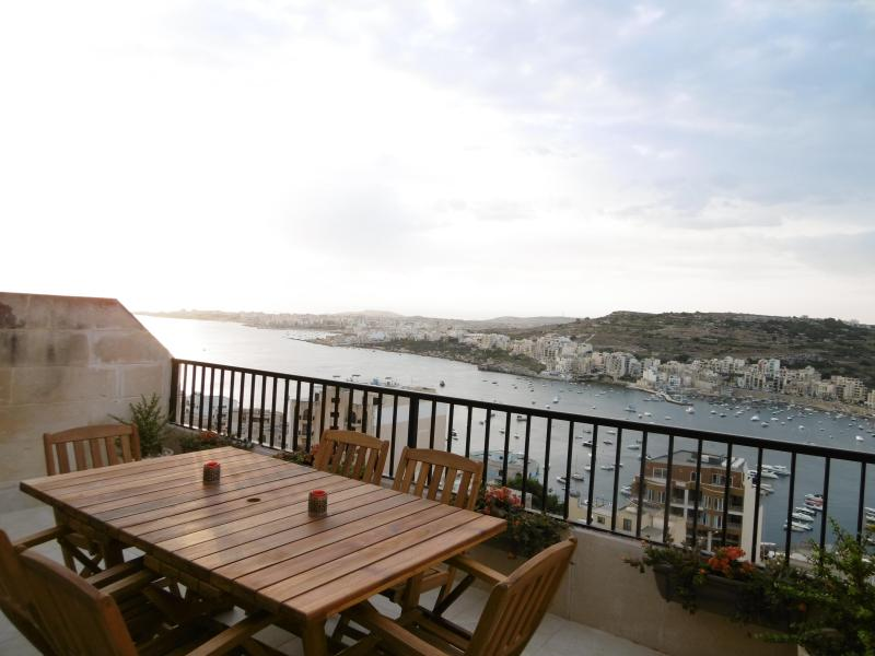 Sea-view and Country-view modern, spacious apartment in Xemxija, Malta, vacation rental in Bahar ic-Caghaq