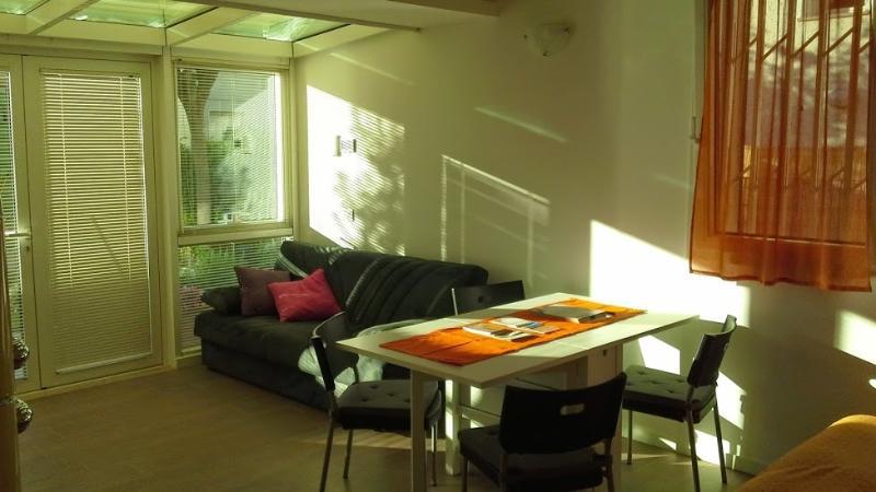 Il divano è facilmente trasformabile in un comodo letto a una piazza e mezzo