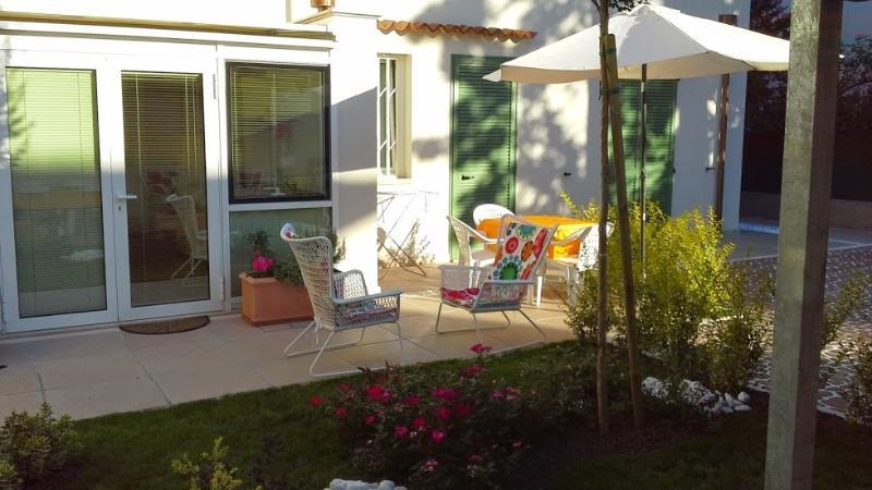 In giardino sono a disposizione: ombrellone, tavolino c/sedie, due poltroncine