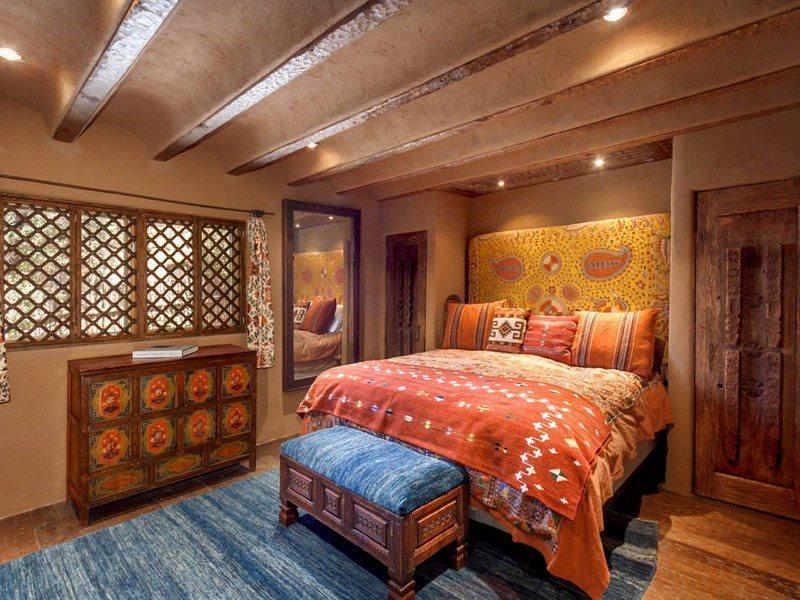 suite de primera principal con cama king size, TV de pantalla plana, y en-suite
