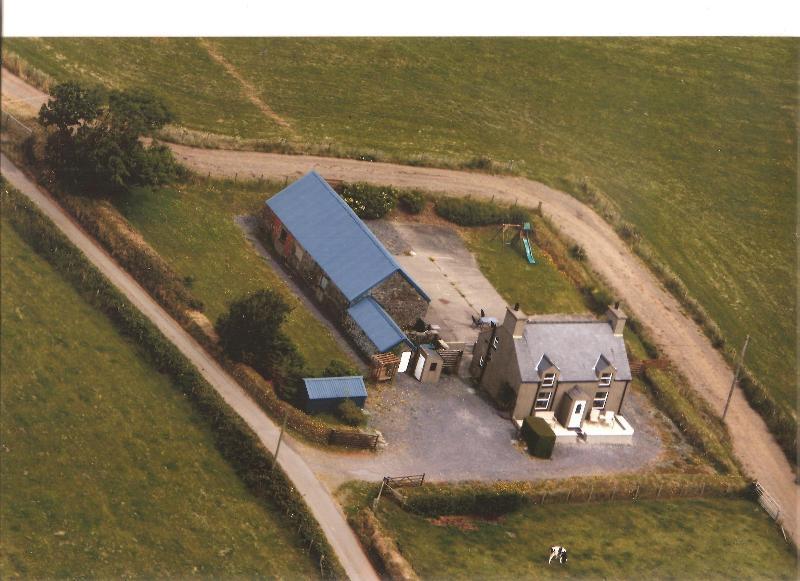 Fotografia aerea. Pista di agricola a sinistra il cottage e il tratturo sulla destra.