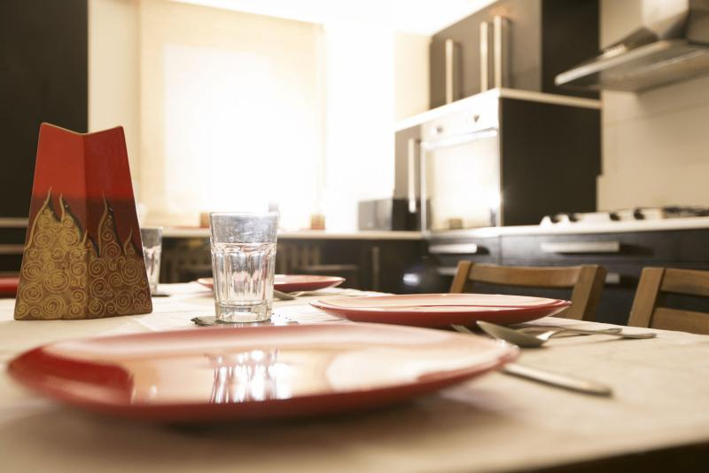 Six people can sit and eat at the kitchen table. Cutlery, dishes and essentials are available.