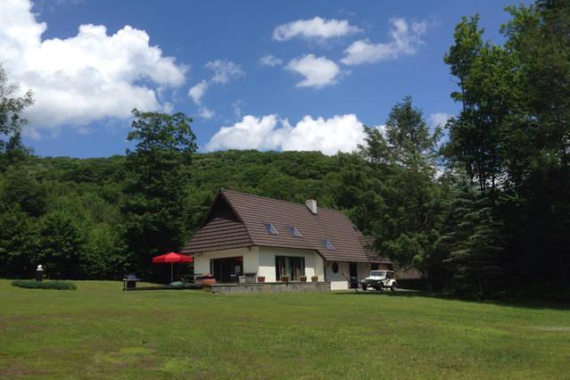 Uso de la terraza o tirar una manta en el campo para tomar el sol o usar la hamaca!