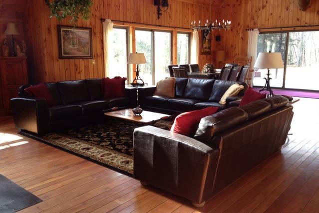 Relajarse junto al fuego caliente en una noche fría aquí en las montañas Catskill y olvídate de la ciudad