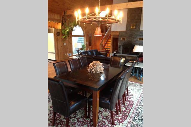 Espacio abierto. Comedor con mesa de granito, chimenea y zona de sofá tres.