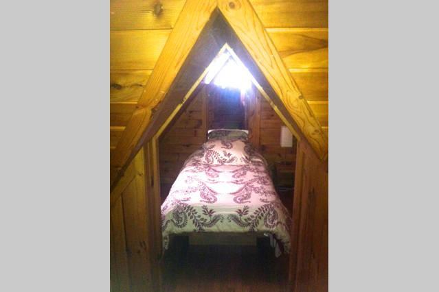 Un pequeño rincón en el dormitorio principal con cama individual. Perfecto para los niños.