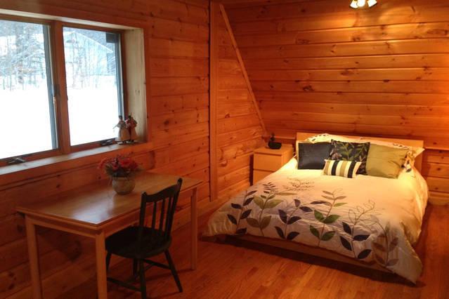 Planta baja dormitorio con cama de matrimonio y cama individual.