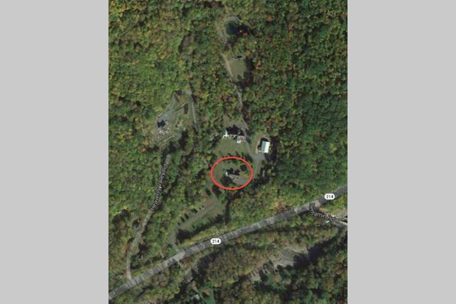 Vista aérea de la finca de 25 hectáreas. Casa de alquiler en un círculo. Nota: Heavenly Valley es un camino independiente.