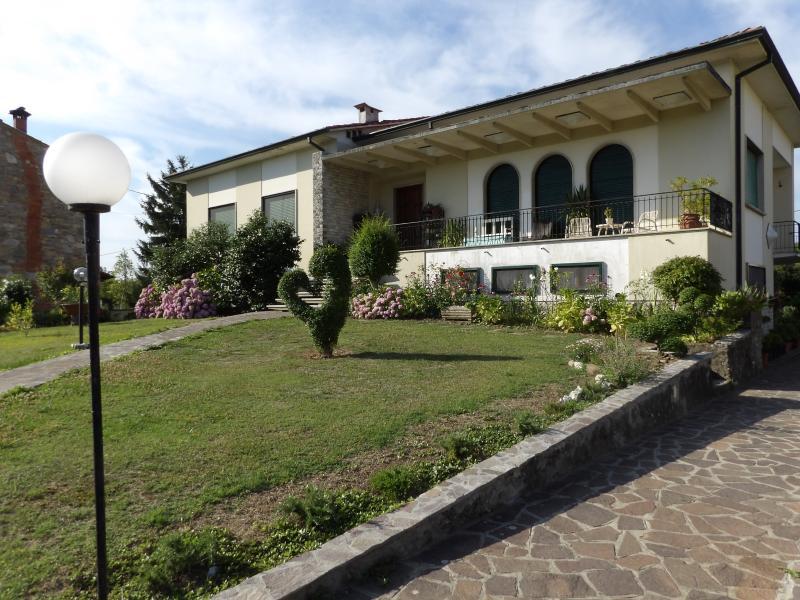 Abitazione in campagna con giardino in completo relax, holiday rental in Lunata