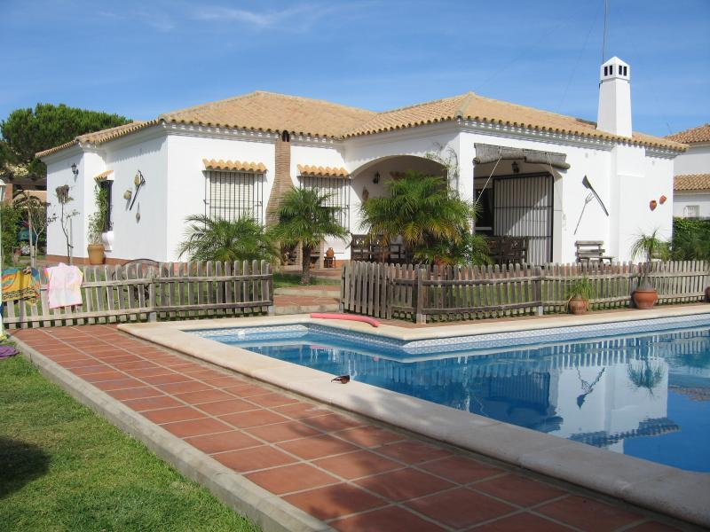 Villa família tem 200 metros da famosa praia de Barrosa e enseadas, privado de 10m da piscina, jardim com parqusito