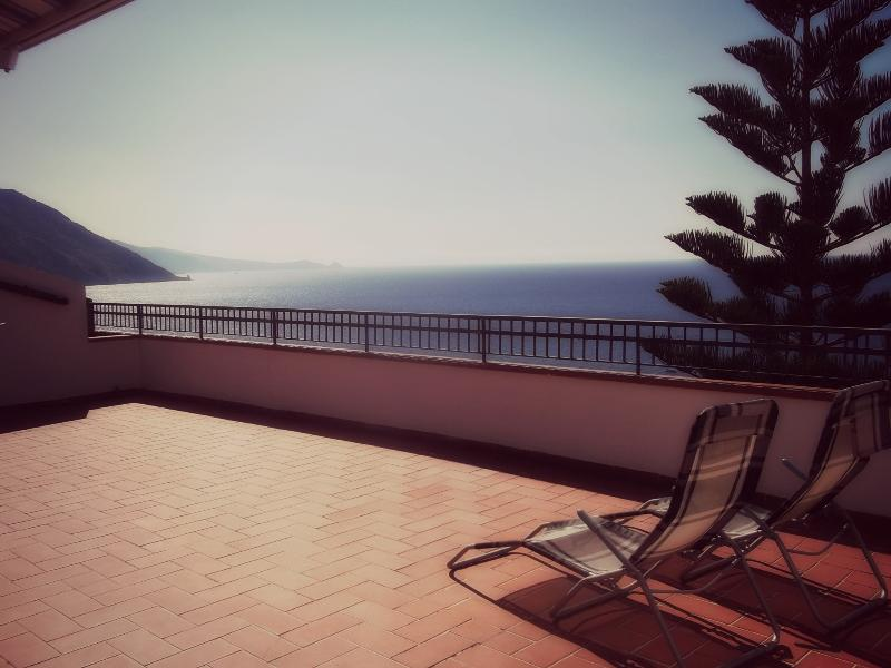 Sicily: apartment with a terrace faced the sea, location de vacances à Piraino
