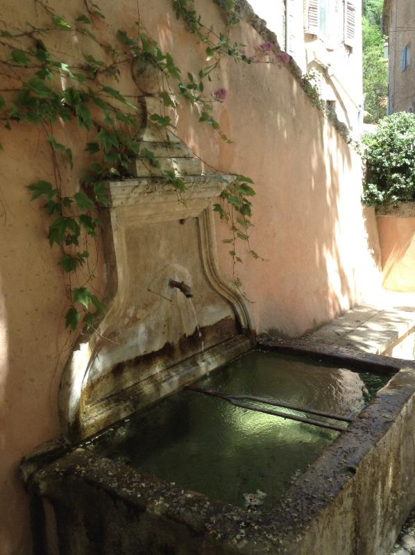 Petite fontaine à côté de L'Appart avec coin ombragé pour faire une pause