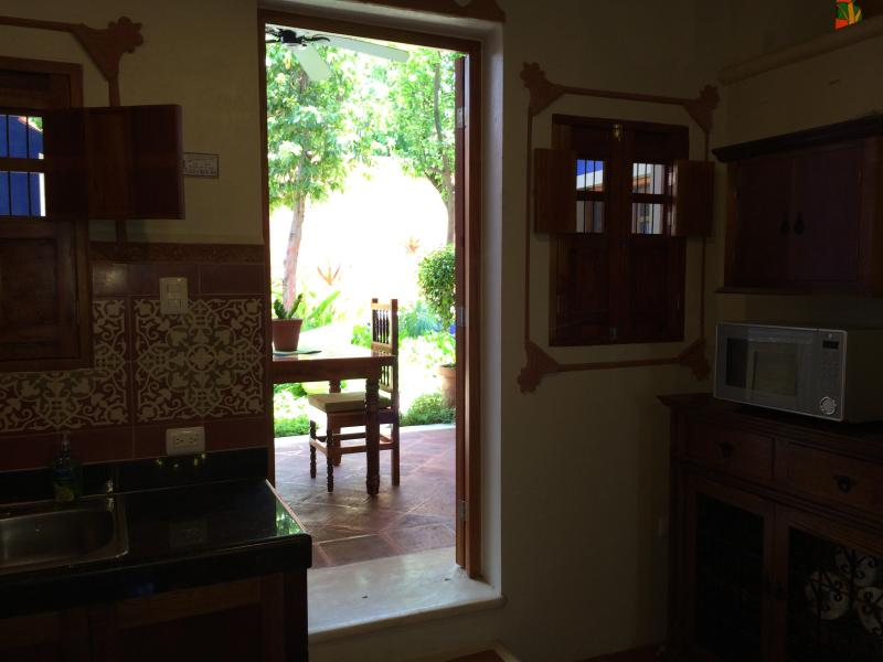 Porte de cuisine sur jardin et piscine