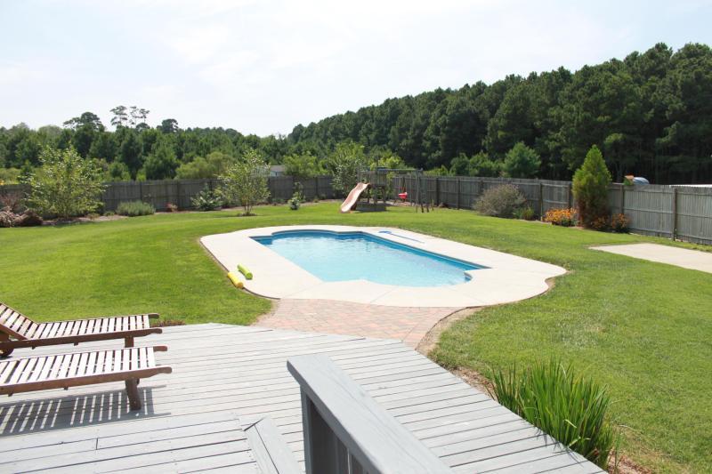 TIS es una piscina con fondo de V con asiento en cada extremo.  Perfecto para juegos de agua y voleibol.