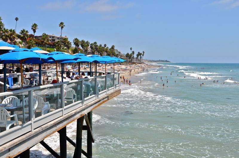 Essen auf dem Pier mit Blick auf die Wellen