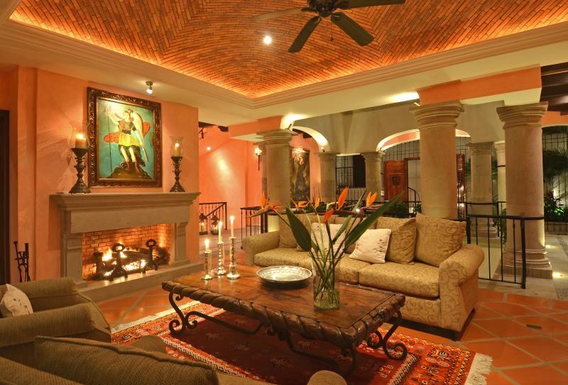 salón acogedor, con impresionantes detalles arquitectónicos coloniales mexicanas