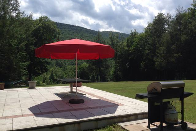 Disfrutar de una barbacoa en la terraza de granito con hermosas vistas y un campo de pasto grande.