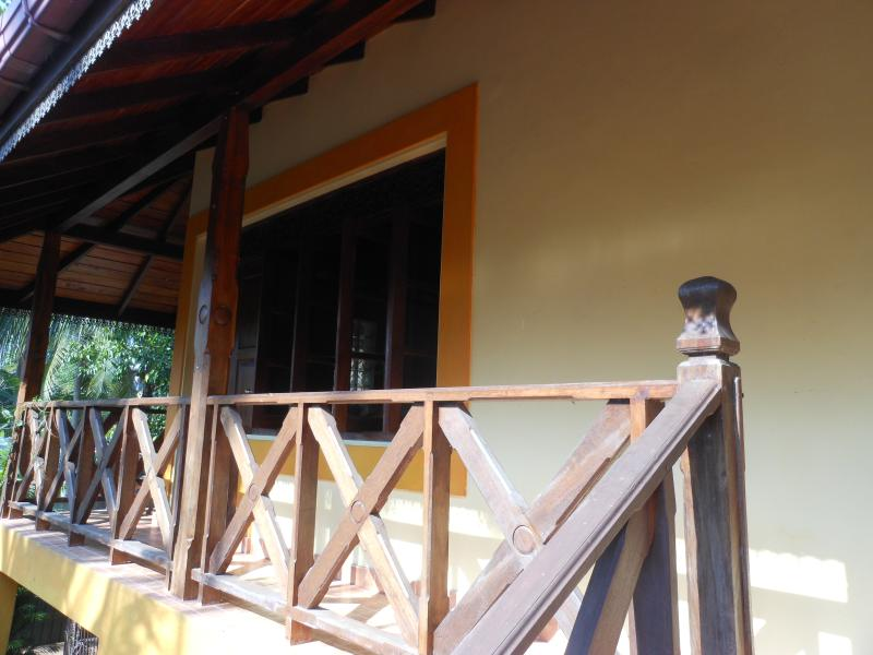 Walawwa - Guest House A/C with kitchen / Hot water, casa vacanza a Hikkaduwa