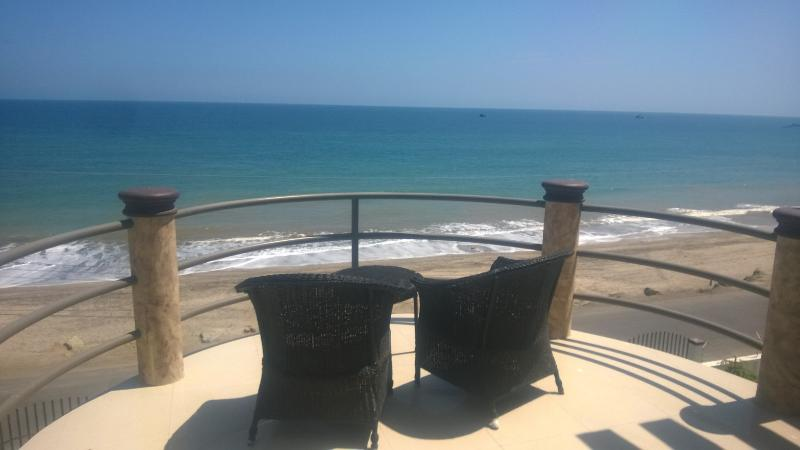 Beach front penthouse condo with a stunning view!, holiday rental in Crucita