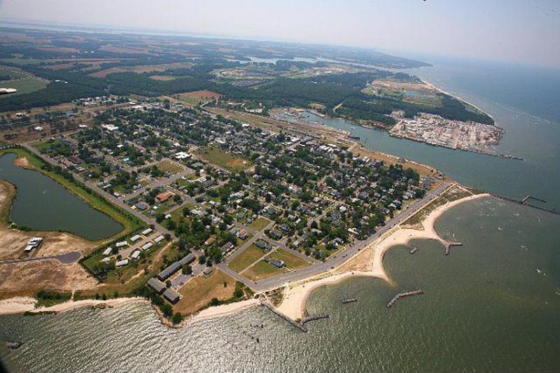 Vistas de la ciudad de Cape Charles desde el aire.
