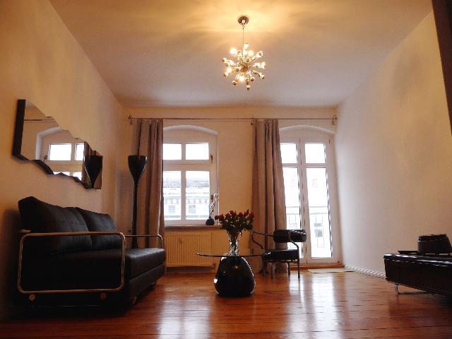 salón luminoso, puertas de balcón
