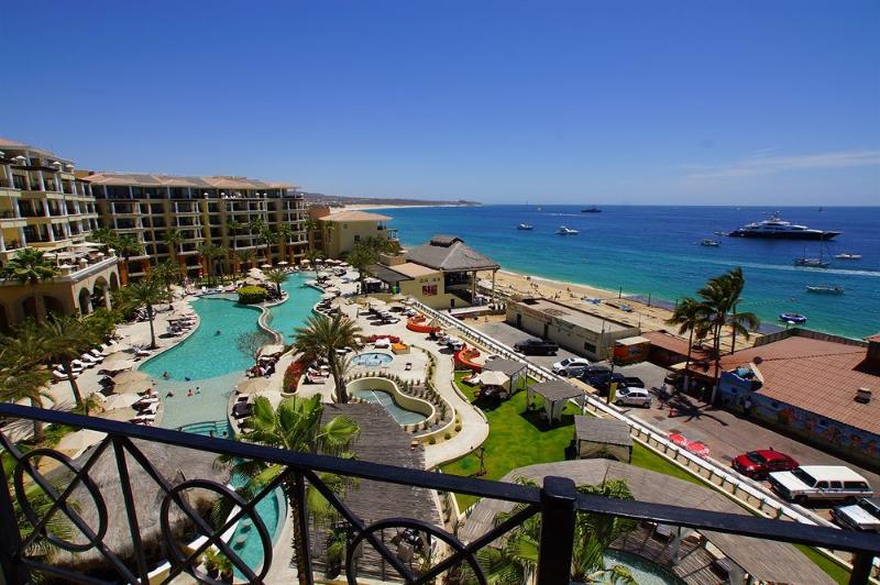 Vista de la propiedad del complejo y la playa más apta para nadar en Cabo