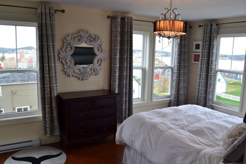 Dormitorio principal con espectaculares vistas de los acantilados de la ciudad, puertos y mar