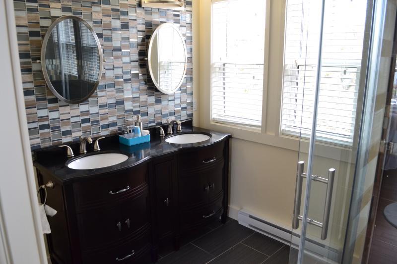 Master con baño privado con vanidad dual del granito y azulejos personalizados