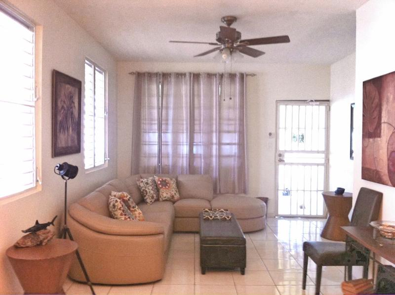 Charming and comfortable home in Aguadilla - Minutes from Crashboat Beach, holiday rental in Aguadilla