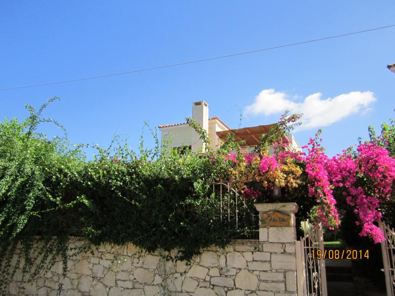 Elegant ALOE VILLA, pool, sea view, near restaurants, shops, beaches, Rethymno., location de vacances à Réthymnon