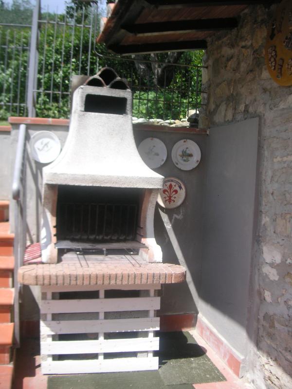 barbecue adiacente alla pergola
