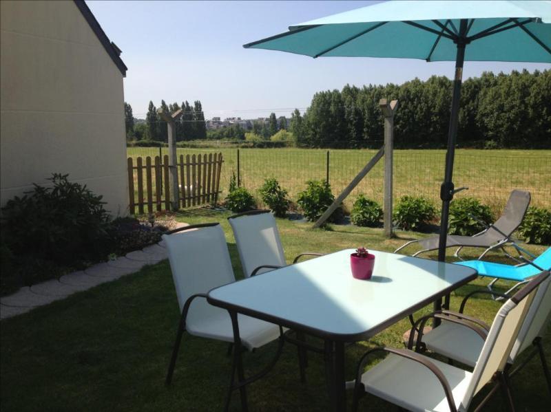 Jardin privatif salon de jardin , transat , barbecue
