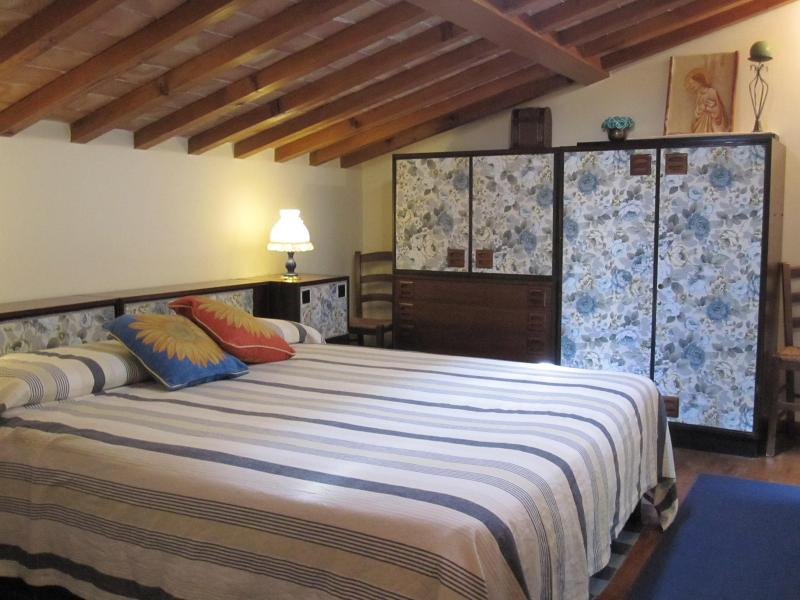 Upper Bedroom ( can be set double or twin) #florentinehillsvacationrentals