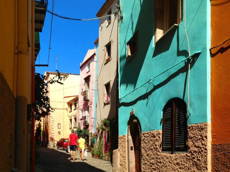 Dommu Asuletta liegt in einer malerischen und hübsch gepflasterten Straße im historischen Viertel.