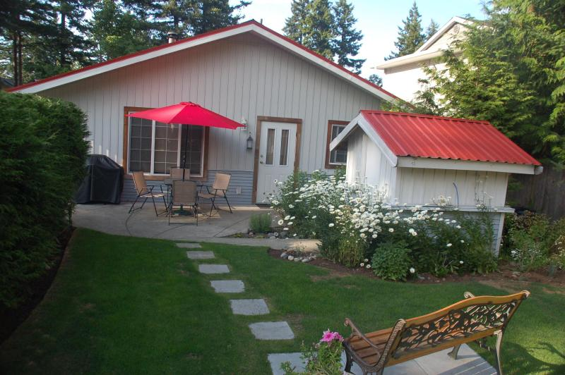 Red Roof Inn Cottage, vacation rental in Vananda