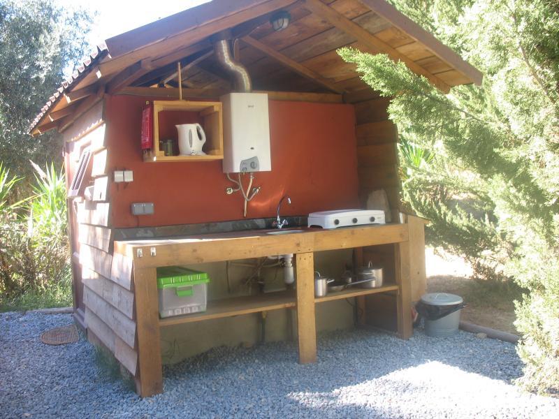 Outdoor keuken en douche en toilet cabine Oliveira Lodge