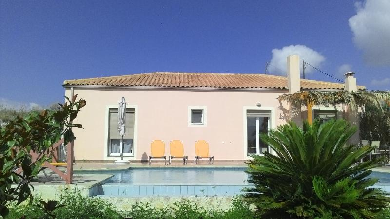 Villa Karavaki 3 bedroom, 3 bathroom with pool, holiday rental in Kounopetra