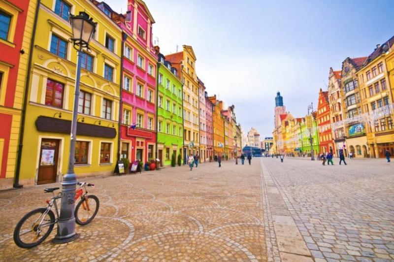 De kleurrijke en levendige marktplein