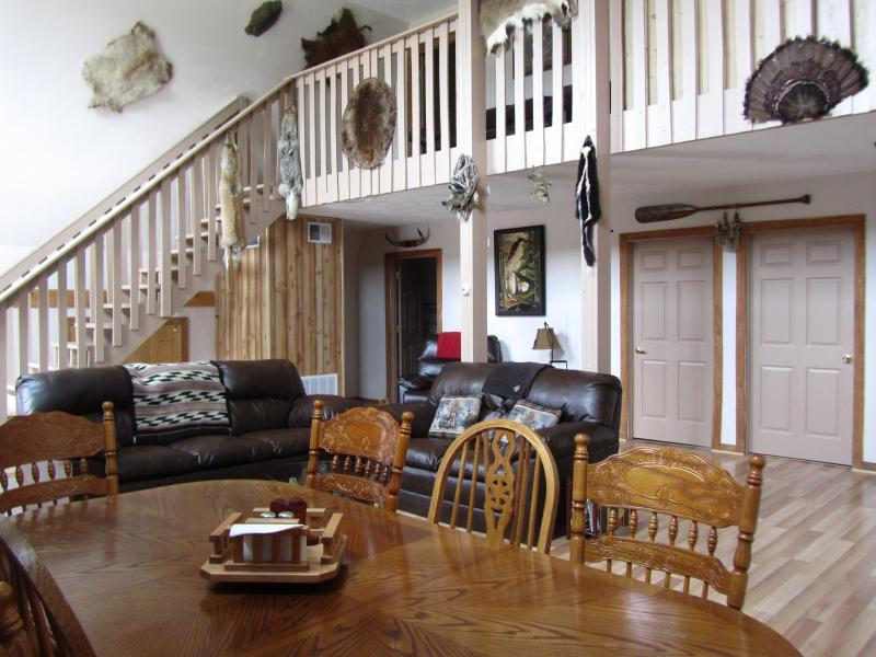The Driftless Lodge Country Spacious 4 Bed/3 Bath Semi-Secluded Cabin, holiday rental in Boscobel