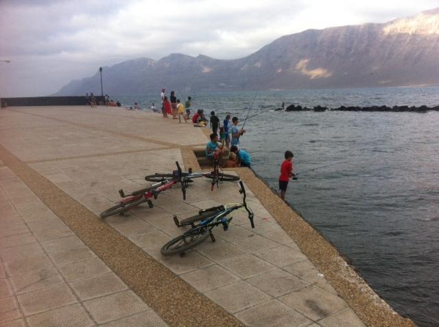 Muelle de Famara zona de pesca con marea alta a medio minuto del apartamento