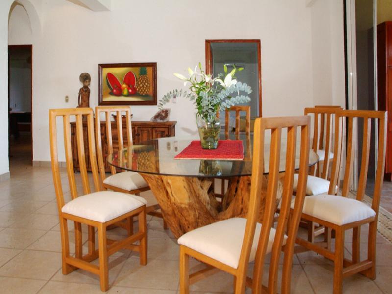 Espaçosa área de jantar (mesa de jantar cadeiras 6 a 8)