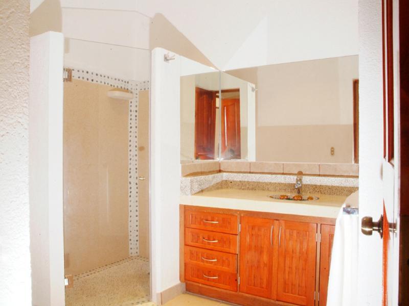 Banheiro (chuveiro com azulejos e pia de Talavera)