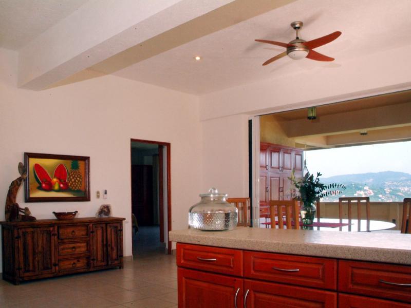 Vista da cozinha (Vista oceano enquanto cozinha a sua refeição favorita)