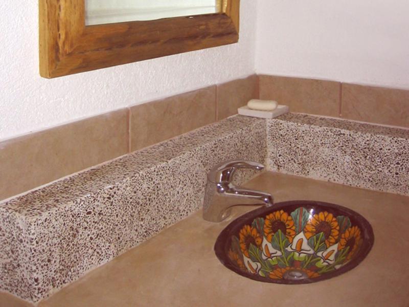 Banheiro de hóspedes (bonita, pia de Talavera pintado à mão)