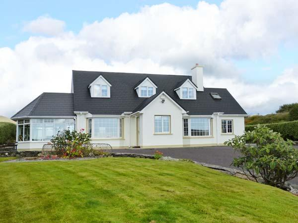 BIRCH TREE COTTAGE, detached family cottage, multi-fuel stove, Jacuzzi bath, holiday rental in Castletownbere