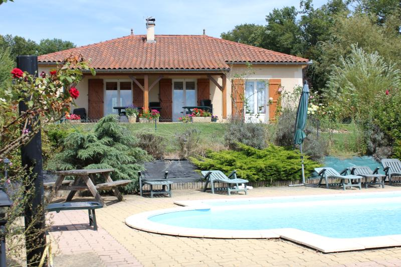 villa, piscine, wifi entre sarlat et rocamadour, holiday rental in Reilhaguet